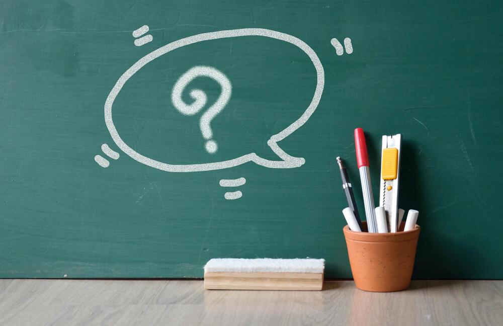 schoolbord met bakje schrijfgerei