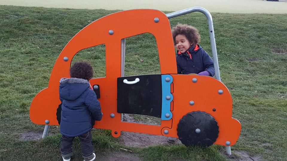 broer en zus spelen buiten in de speeltuin